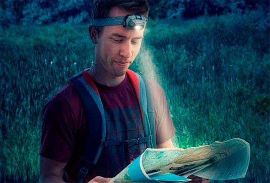 hombre usando linterna manos libre