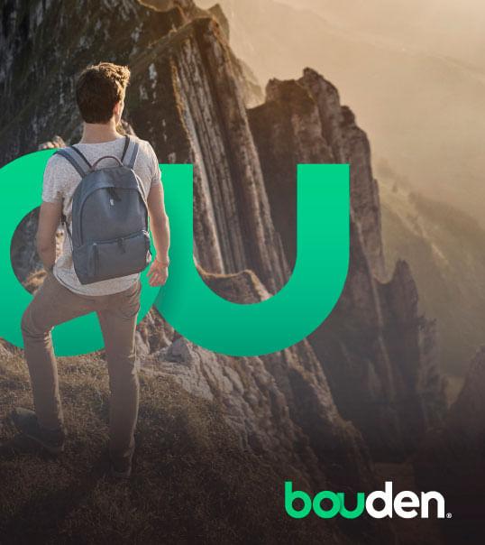 hombre con mochila escalando